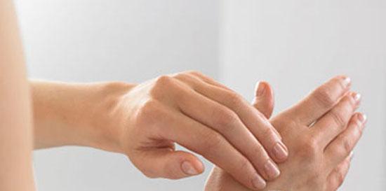Bôi sữa ong chúa lên tay sẽ thấy da căng hơn, mịn màng