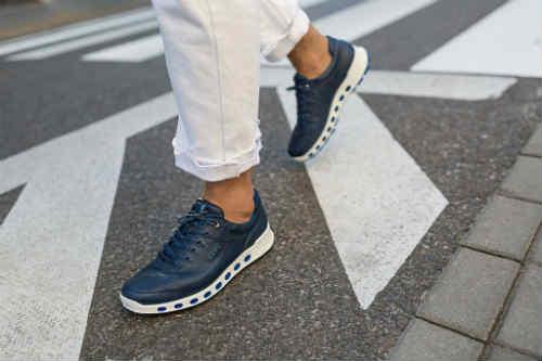giày sneaker giúp bạn dễ dàng di chuyển trong suốt chuyến bay