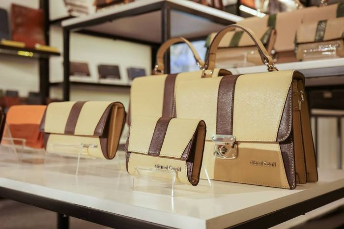 Hiện tại bên cạnh bóp ví, cửa hàng còn cung cấp rất nhiều túi xách