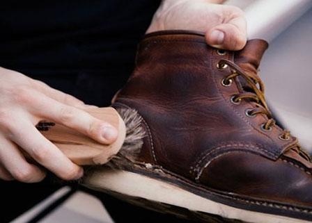 Cách vệ sinh giày da lộn bền đẹp cùng thời gian
