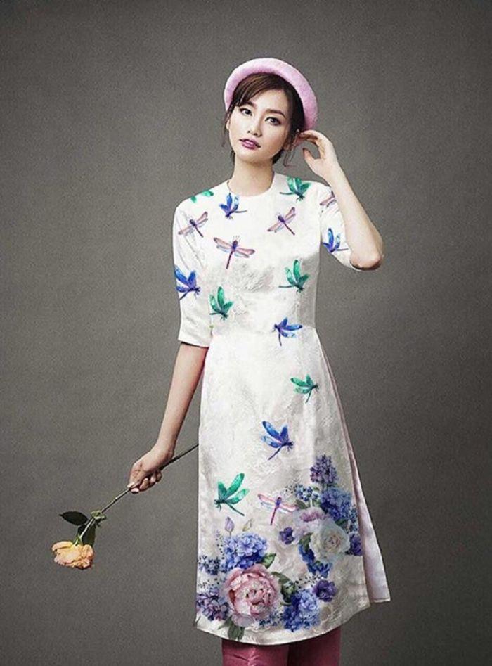 Đa phần những kiểu áo dài trẻ trung thường sẽ có thiết kế kiểu cổ trụ khá là mới lạ