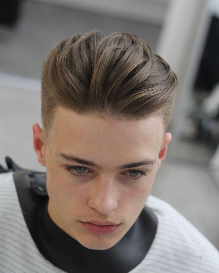 Đây là một trong 8 kiểu tóc nam đẹp dành cho những bạn thích sự cổ điển và rất dễ tạo hình cũng như cắt