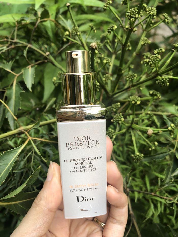 Dior Prestige Light in White phù hợp cho thời tiết nắng nóng, đem đến làn da sáng mịn