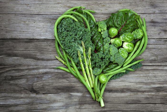 Cải bó xôi, cải xoăn và các loại rau lá xanh khác đều là những nguồn cung cấp vitamin