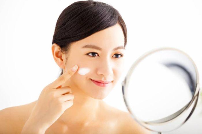 Tẩy tế bào chết là bước không thể bỏ qua trong quá trình bạn chăm sóc da khô