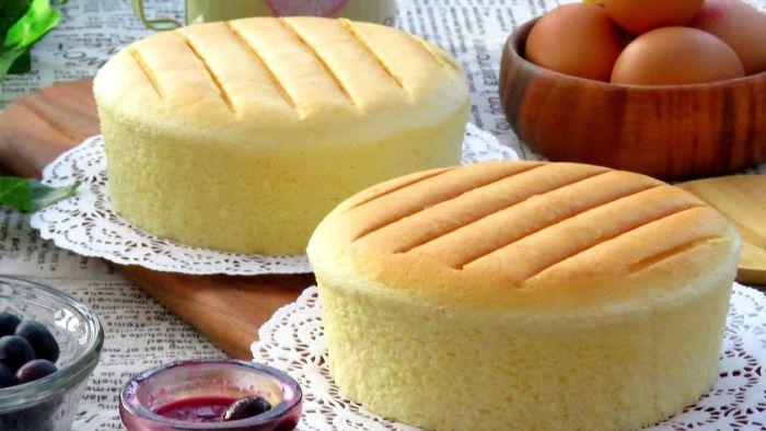 Bánh bông lan có màu vàng đẹp, thơm mềm ruột bánh mịn