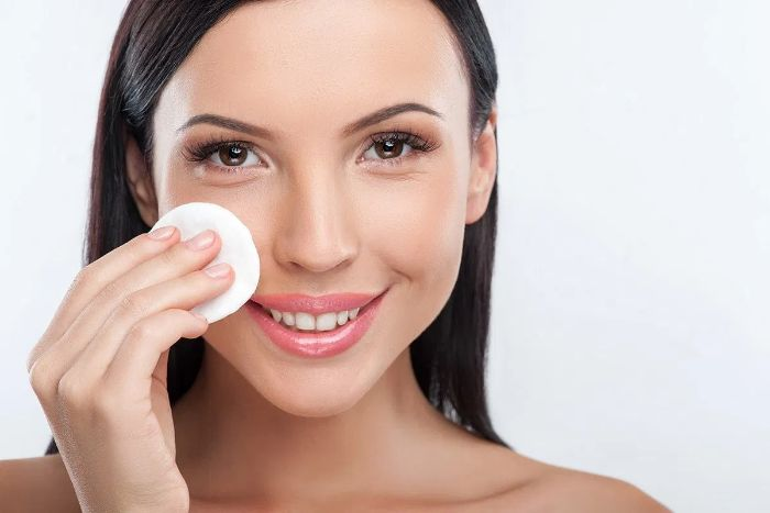 Toner là bước làm sạch da mặt thêm một lần sau khi rửa mặt