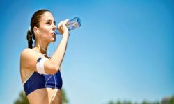 Uống nhiều nước chính là cách thanh nhiệt cơ thể tại nhà nhanh chóng nhất mà bạn không nên bỏ qua