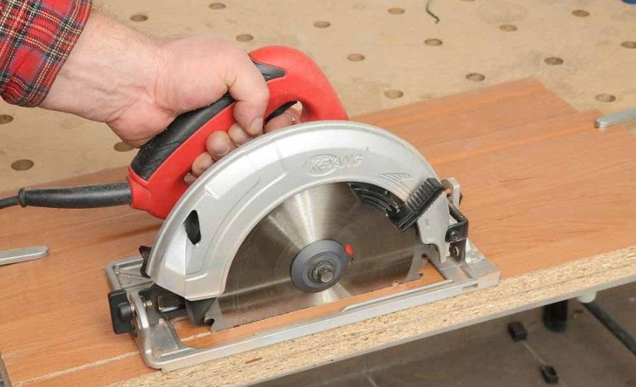 Máy cưa đĩa phải có nút ấn khởi động đặt ở vị trí thuận lợi nhất để xử lý cắt điện khi có sự cố.