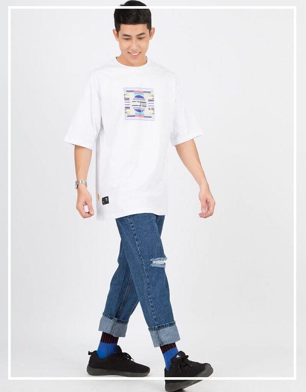 Áo phông trơn mix cùng quần Jeans