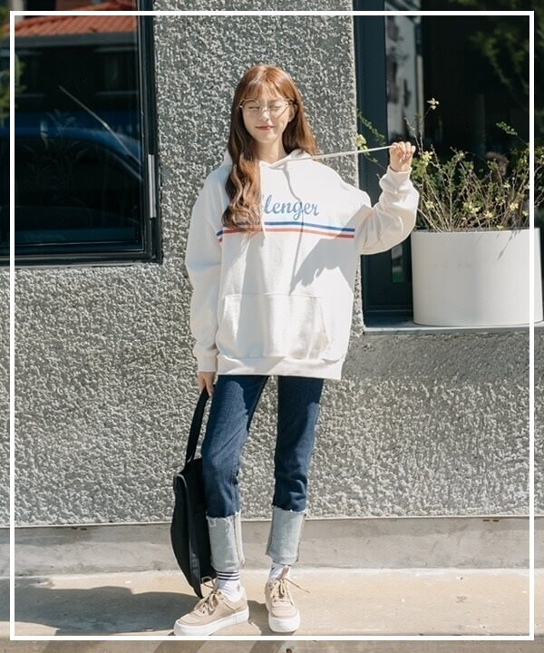 Áo hoodie kết hợp cùng với quần Jeans