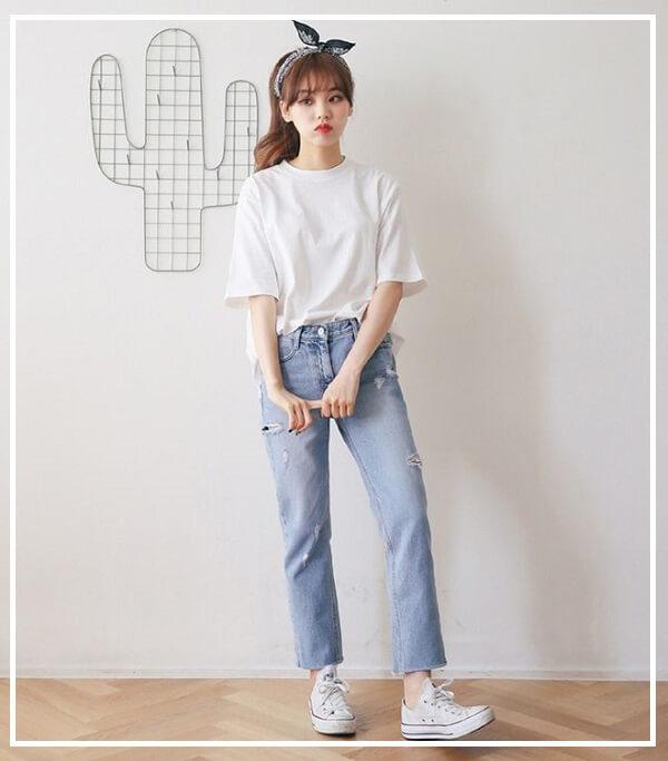 Áo phông trơn và quần jeans