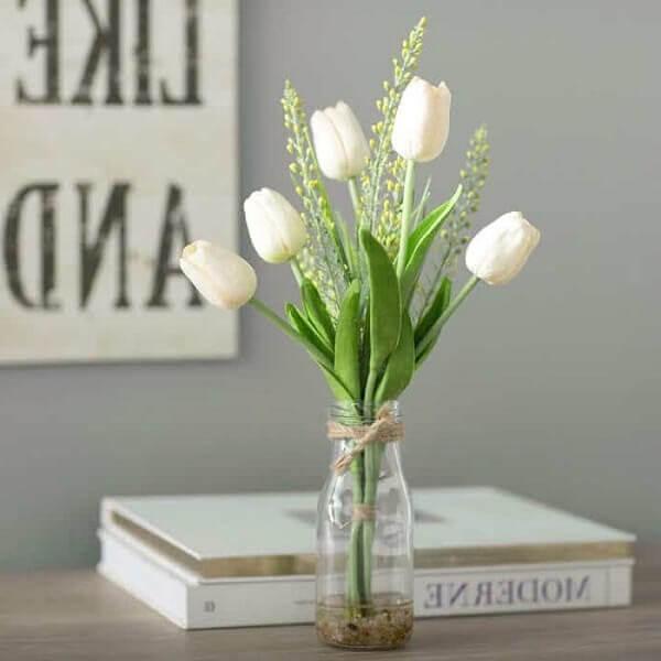 Không gian làm việc thêm năng động khi có sự hài hòa của một chậu hoa Tulip